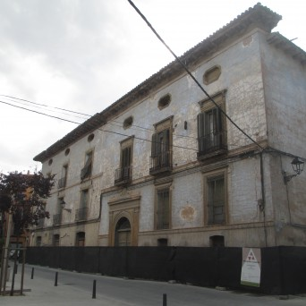 Fachada del palacio a la plaza del Carmen