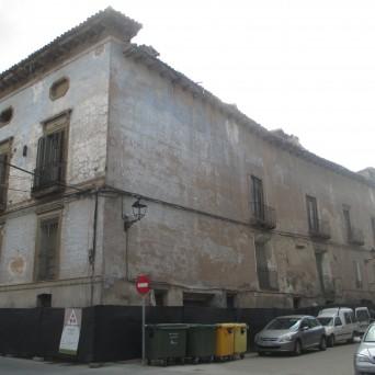 Fachada del palacio a la plaza y calle del carmen