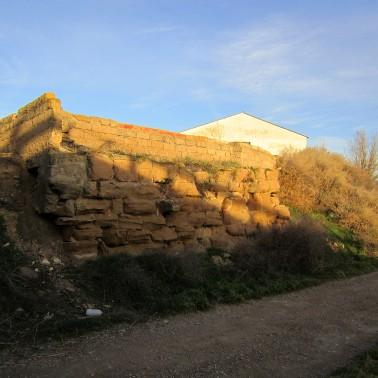 Muro solar lado del río Flumen