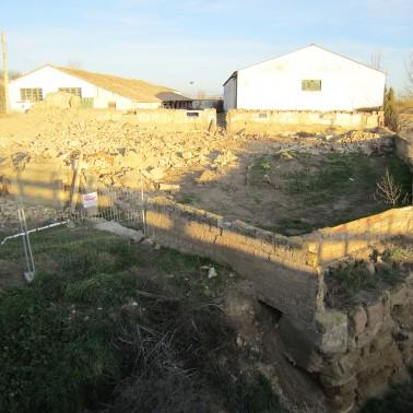 Vista muro y solar de la casa