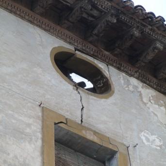 Detalle de la fachada del edificio junto al cuerpo principal del palacio